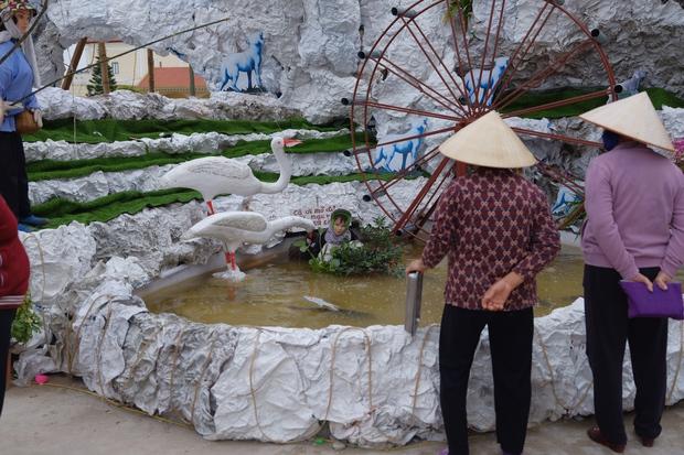 Nhà thờ Nam Định trang trí Giáng Sinh theo phong cách xuyên không: Cô Tấm mò cua không cần đi chơi và hàng loạt siêu phẩm khác - Ảnh 3.