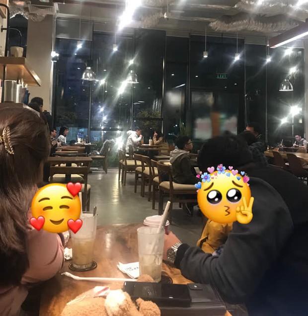 Đưa gia đình đến quán cafe, ông bố chỉ làm hành động nhỏ liền được khen cách dạy con, bảo sao con gái nhìn dễ thương quá! - Ảnh 1.