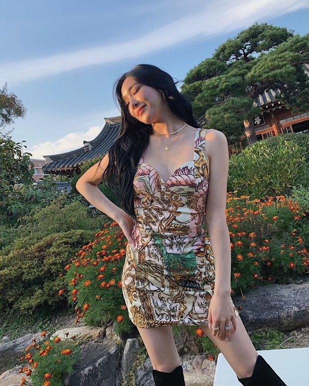 Tiffany cắt váy bạo liệt, Sunny lại che chắn kín đáo hết cỡ khi cùng đụng váy hiệu - Ảnh 3.