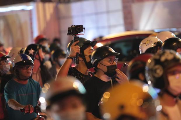Chùm ảnh: Người dân đổ ra đường đón Giáng sinh, tình trạng ùn tắc kéo dài, nhiều phương tiện di chuyển khó khăn - Ảnh 16.
