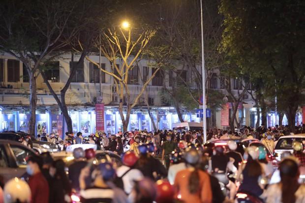 Chùm ảnh: Người dân đổ ra đường đón Giáng sinh, tình trạng ùn tắc kéo dài, nhiều phương tiện di chuyển khó khăn - Ảnh 19.