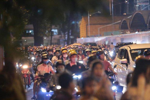 Chùm ảnh: Người dân đổ ra đường đón Giáng sinh, tình trạng ùn tắc kéo dài, nhiều phương tiện di chuyển khó khăn - Ảnh 18.