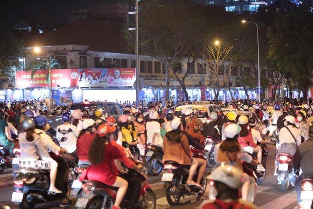 Chùm ảnh: Người dân đổ ra đường đón Giáng sinh, tình trạng ùn tắc kéo dài, nhiều phương tiện di chuyển khó khăn - Ảnh 17.