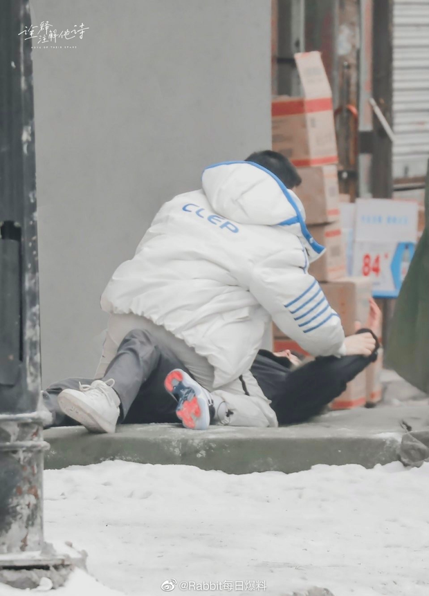 Thính thơm Noel: Cặp đam mỹ Vai Trái Có Cậu đè nhau giữa trời tuyết, tư thế ám muội làm fan cầu cứu hàng loạt - Ảnh 4.