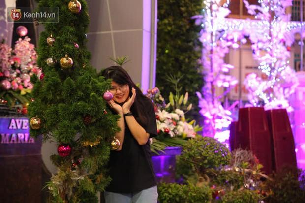 Sài Gòn đêm Giáng sinh: Quá trời rồi, dân có bồ kéo nhau ra đường ôm ấp, FA mà thấy ôm gối bật khóc mất! - Ảnh 11.