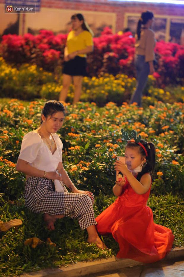Sài Gòn đêm Giáng sinh: Quá trời rồi, dân có bồ kéo nhau ra đường ôm ấp, FA mà thấy ôm gối bật khóc mất! - Ảnh 24.