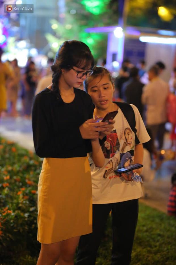 Sài Gòn đêm Giáng sinh: Quá trời rồi, dân có bồ kéo nhau ra đường ôm ấp, FA mà thấy ôm gối bật khóc mất! - Ảnh 25.
