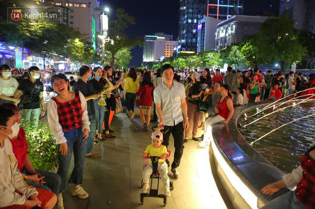 Sài Gòn đêm Giáng sinh: Quá trời rồi, dân có bồ kéo nhau ra đường ôm ấp, FA mà thấy ôm gối bật khóc mất! - Ảnh 5.