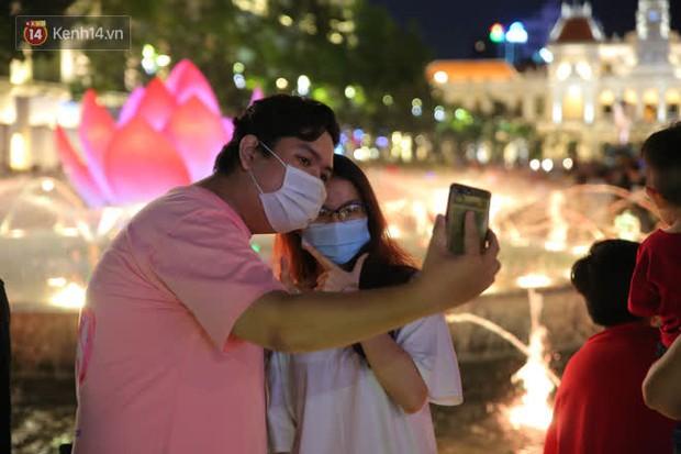 Sài Gòn đêm Giáng sinh: Quá trời rồi, dân có bồ kéo nhau ra đường ôm ấp, FA mà thấy ôm gối bật khóc mất! - Ảnh 6.