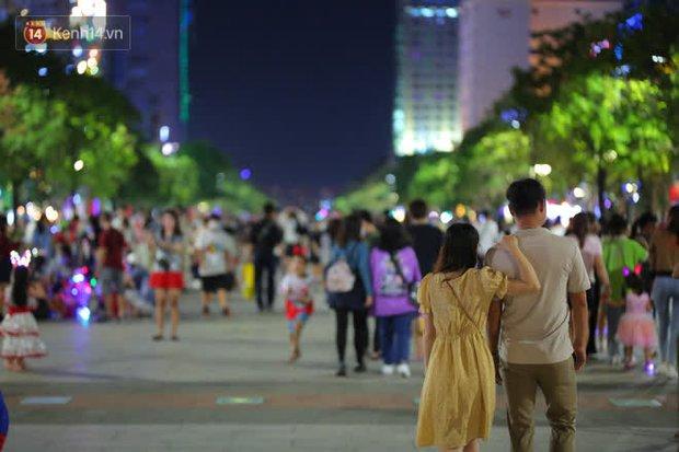 Sài Gòn đêm Giáng sinh: Quá trời rồi, dân có bồ kéo nhau ra đường ôm ấp, FA mà thấy ôm gối bật khóc mất! - Ảnh 7.