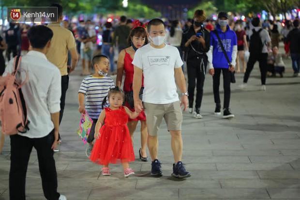 Sài Gòn đêm Giáng sinh: Quá trời rồi, dân có bồ kéo nhau ra đường ôm ấp, FA mà thấy ôm gối bật khóc mất! - Ảnh 8.