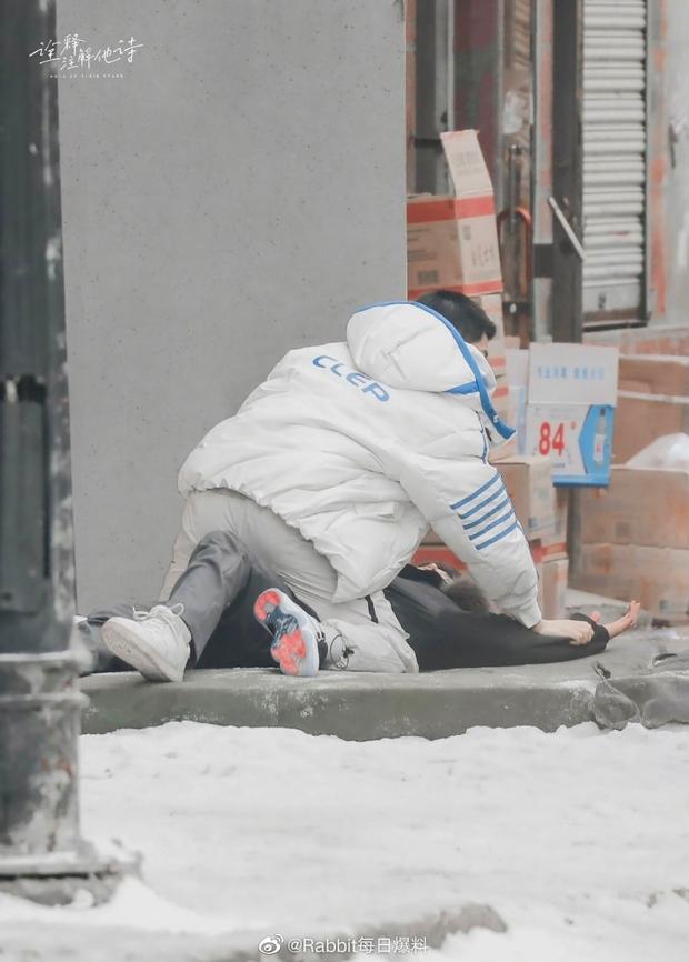 Thính thơm Noel: Cặp đam mỹ Vai Trái Có Cậu đè nhau giữa trời tuyết, tư thế ám muội làm fan cầu cứu hàng loạt - Ảnh 6.
