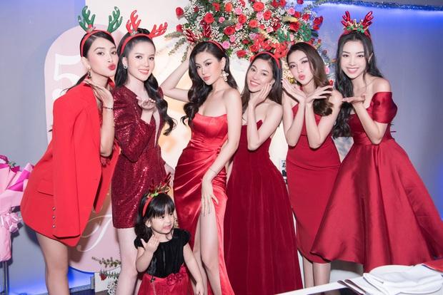 """Tiệc kỷ niệm 5 năm cưới đỏ rực của Á hậu Diễm Trang và chồng đại gia: Cả dàn hậu đình đám góp mặt, chủ tiệc khoe body """"căng đét"""" - Ảnh 3."""