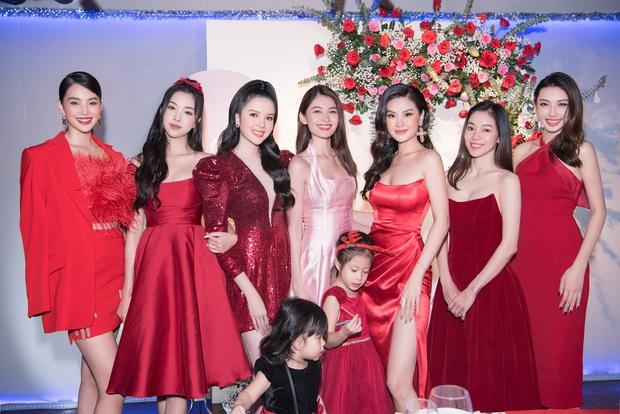 """Tiệc kỷ niệm 5 năm cưới đỏ rực của Á hậu Diễm Trang và chồng đại gia: Cả dàn hậu đình đám góp mặt, chủ tiệc khoe body """"căng đét"""" - Ảnh 2."""