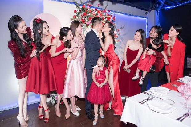 """Tiệc kỷ niệm 5 năm cưới đỏ rực của Á hậu Diễm Trang và chồng đại gia: Cả dàn hậu đình đám góp mặt, chủ tiệc khoe body """"căng đét"""" - Ảnh 4."""