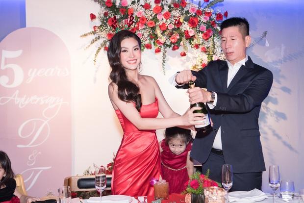 """Tiệc kỷ niệm 5 năm cưới đỏ rực của Á hậu Diễm Trang và chồng đại gia: Cả dàn hậu đình đám góp mặt, chủ tiệc khoe body """"căng đét"""" - Ảnh 5."""