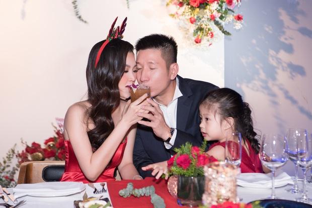 """Tiệc kỷ niệm 5 năm cưới đỏ rực của Á hậu Diễm Trang và chồng đại gia: Cả dàn hậu đình đám góp mặt, chủ tiệc khoe body """"căng đét"""" - Ảnh 6."""