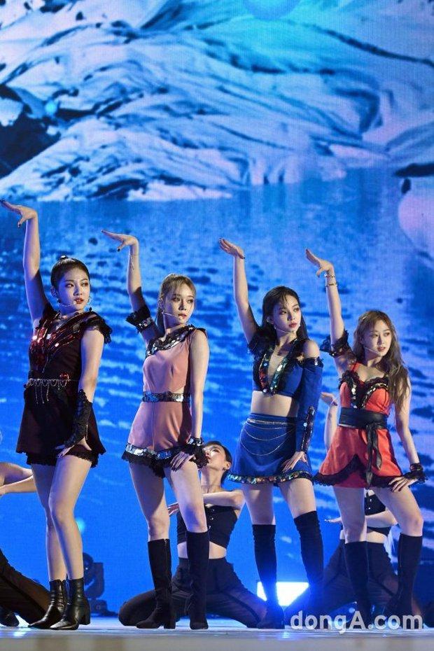 """Girlgroup tân binh kế thừa SNSD - Red Velvet bị """"bóc trần"""" nhan sắc ở SBS Gayo Daejun: Có """"cân"""" được trang phục thảm họa? - Ảnh 4."""