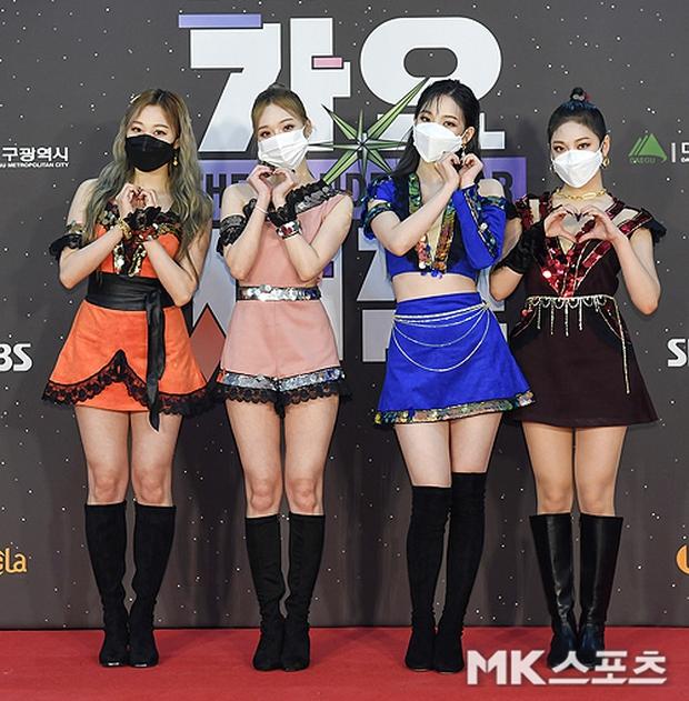 """Girlgroup tân binh kế thừa SNSD - Red Velvet bị """"bóc trần"""" nhan sắc ở SBS Gayo Daejun: Có """"cân"""" được trang phục thảm họa? - Ảnh 2."""