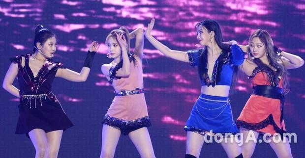 """Girlgroup tân binh kế thừa SNSD - Red Velvet bị """"bóc trần"""" nhan sắc ở SBS Gayo Daejun: Có """"cân"""" được trang phục thảm họa? - Ảnh 5."""