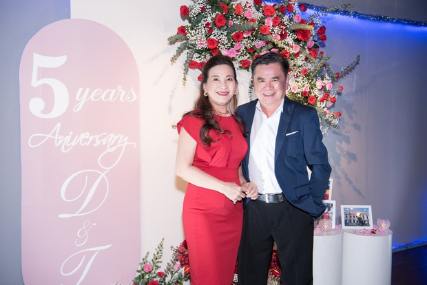"""Tiệc kỷ niệm 5 năm cưới đỏ rực của Á hậu Diễm Trang và chồng đại gia: Cả dàn hậu đình đám góp mặt, chủ tiệc khoe body """"căng đét"""" - Ảnh 8."""