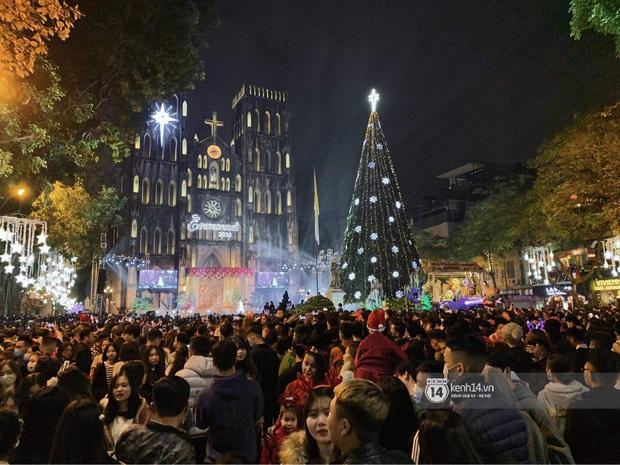 Hai tụ điểm đông nhất Hà Nội - Sài Gòn đêm Noel vừa xong: Bà hàng nước đóng cửa sớm vì chật quá bán không nổi - Ảnh 3.