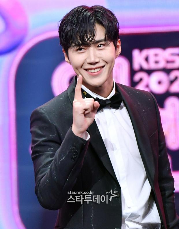 Nam thần hot nhất lễ trao giải KBS đêm qua gọi tên tình màn ảnh của Suzy: Hóa tiên tử kết màn khiến chị em ôm tim hàng loạt - Ảnh 2.