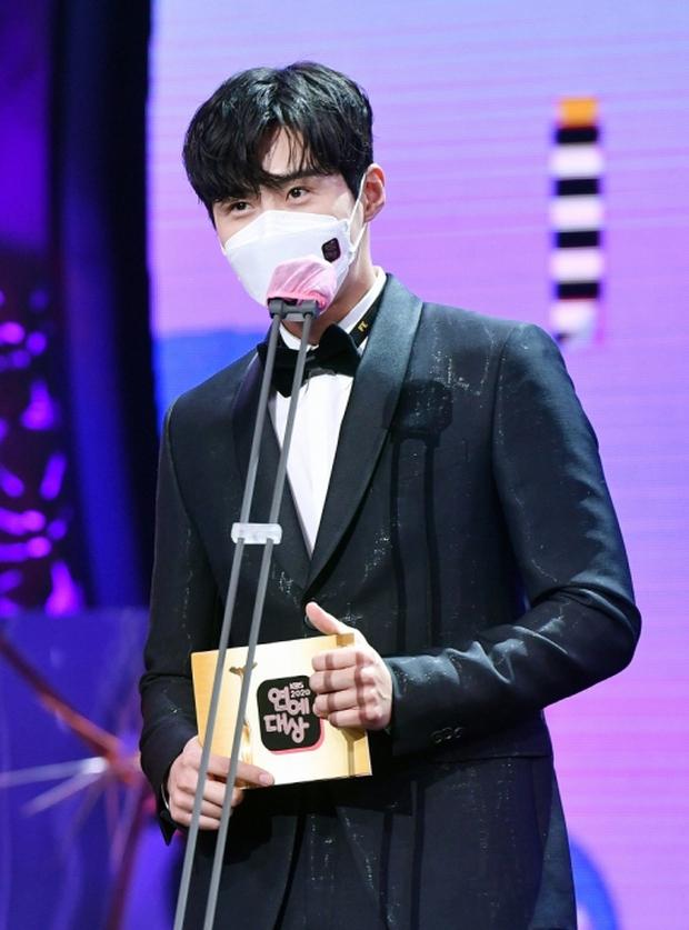 Nam thần hot nhất lễ trao giải KBS đêm qua gọi tên tình màn ảnh của Suzy: Hóa tiên tử kết màn khiến chị em ôm tim hàng loạt - Ảnh 4.