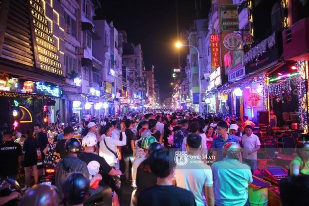 Hai tụ điểm đông nhất Hà Nội - Sài Gòn đêm Noel vừa xong: Bà hàng nước đóng cửa sớm vì chật quá bán không nổi - Ảnh 11.