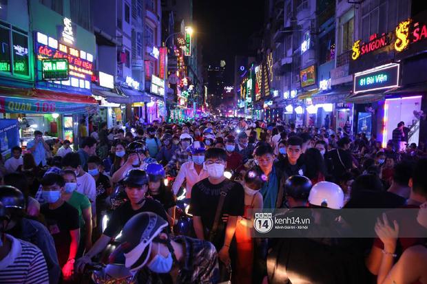 Hai tụ điểm đông nhất Hà Nội - Sài Gòn đêm Noel vừa xong: Bà hàng nước đóng cửa sớm vì chật quá bán không nổi - Ảnh 9.