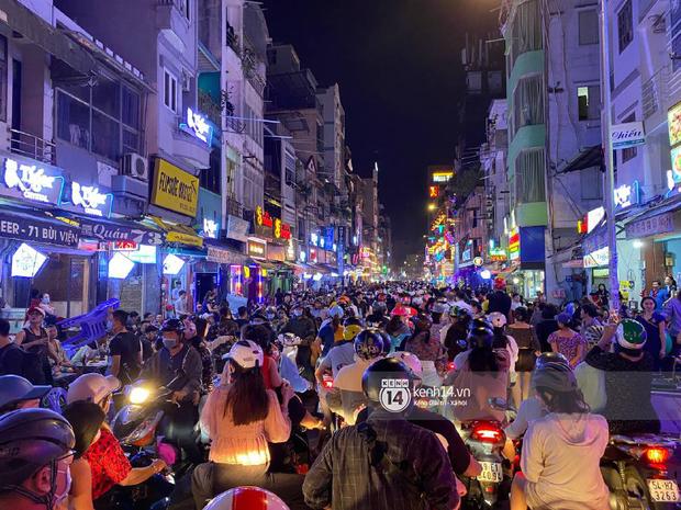 Hai tụ điểm đông nhất Hà Nội - Sài Gòn đêm Noel vừa xong: Bà hàng nước đóng cửa sớm vì chật quá bán không nổi - Ảnh 8.