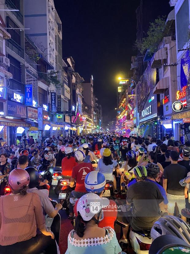 Hai tụ điểm đông nhất Hà Nội - Sài Gòn đêm Noel vừa xong: Bà hàng nước đóng cửa sớm vì chật quá bán không nổi - Ảnh 12.