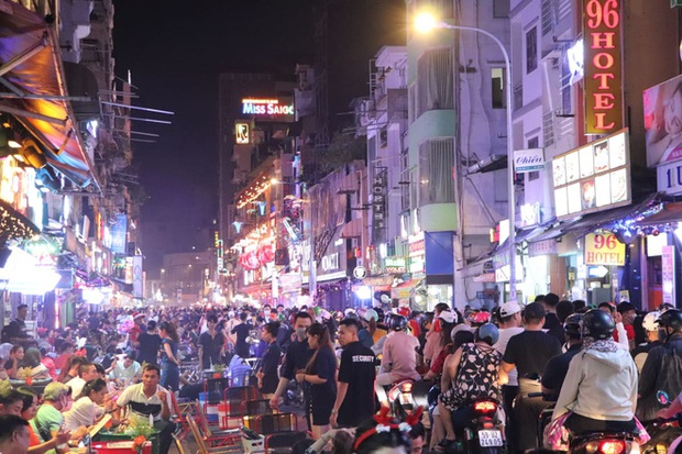 Hai tụ điểm đông nhất Hà Nội - Sài Gòn đêm Noel vừa xong: Bà hàng nước đóng cửa sớm vì chật quá bán không nổi - Ảnh 16.