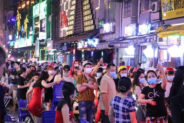 Hai tụ điểm đông nhất Hà Nội - Sài Gòn đêm Noel vừa xong: Bà hàng nước đóng cửa sớm vì chật quá bán không nổi - Ảnh 17.