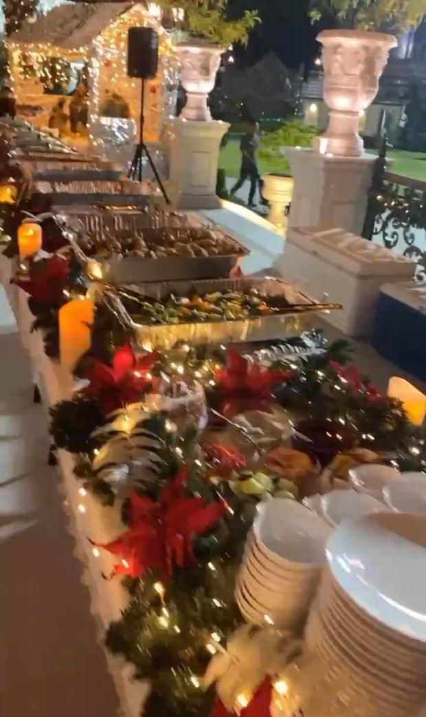 """Xỉu ngang với tiệc Noel toàn """"mùi tiền"""" của nhà hào môn Hà Tăng: Sang trọng đến từng chi tiết, cả gia đình tỷ phú khí chất ngút trời - Ảnh 7."""