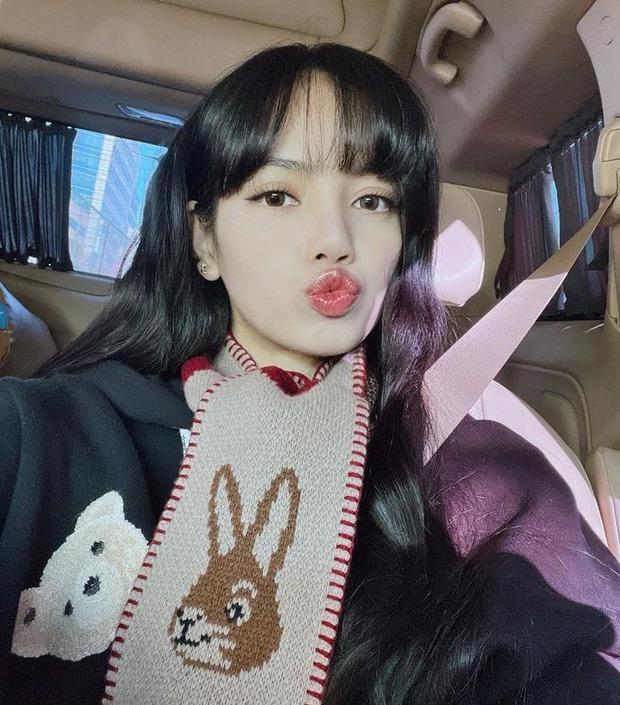 4 triệu người dậy sóng vì ảnh Lisa (BLACKPINK) đón Giáng sinh: Vén mái 200 tỷ, xinh xỉu thế này soán ngôi visual của Jisoo mất thôi - Ảnh 4.