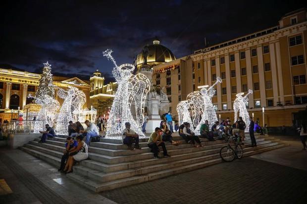 Thế giới rực sáng đón Giáng sinh sau một năm ảm đạm vì COVID-19 - Ảnh 1.