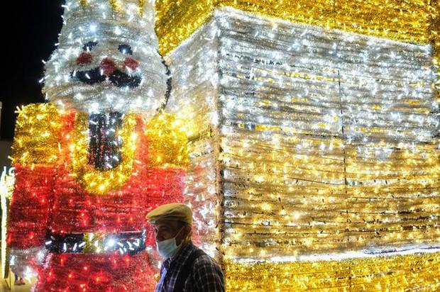 Thế giới rực sáng đón Giáng sinh sau một năm ảm đạm vì COVID-19 - Ảnh 2.