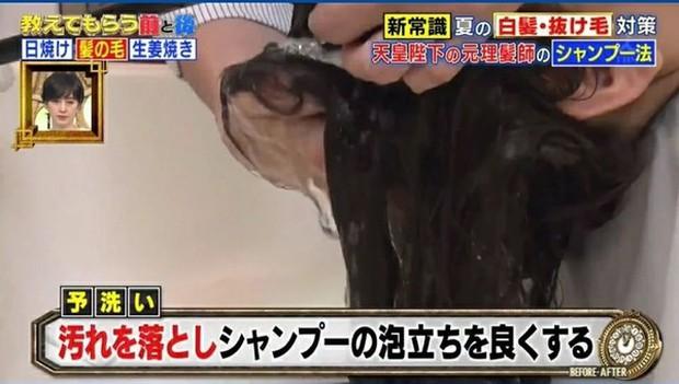 Stylist từng chăm sóc tóc cho Hoàng gia Nhật hướng dẫn cách gội đầu giúp giảm rụng tóc hiệu quả - Ảnh 3.
