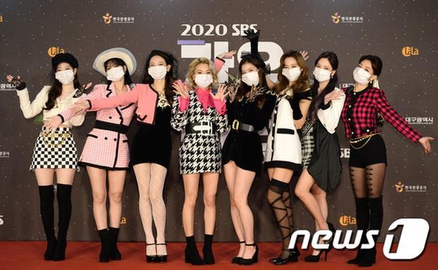 Thảm đỏ SBS Gayo Daejun 2020: aespa tiếp tục là thảm họa thời trang, RM (BTS) diện đồ thùng thình như... mượn của bố - Ảnh 6.