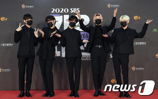 Thảm đỏ SBS Gayo Daejun 2020: aespa tiếp tục là thảm họa thời trang, RM (BTS) diện đồ thùng thình như... mượn của bố - Ảnh 30.