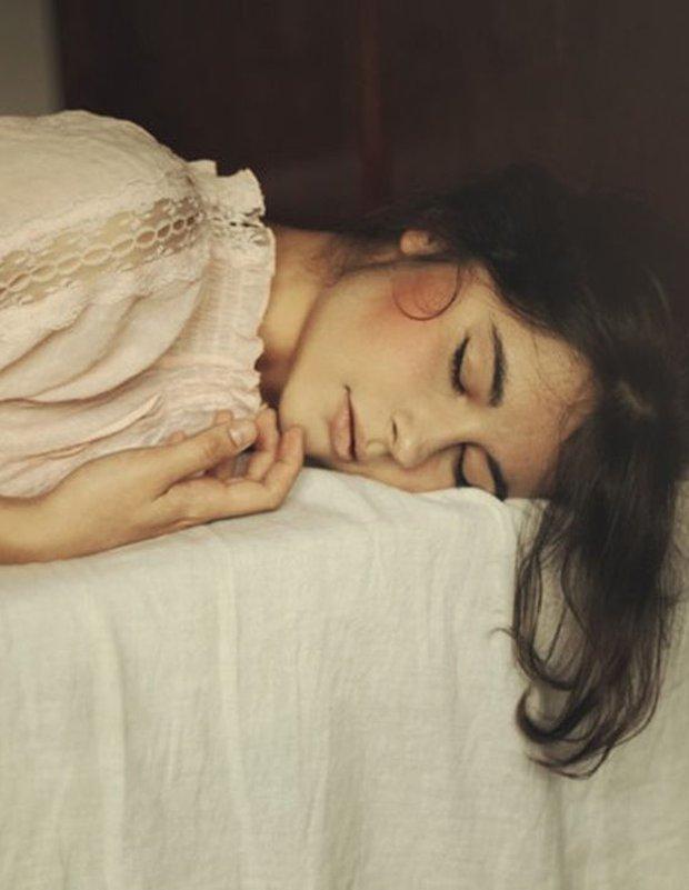 Giấc ngủ rất quan trọng nhưng nếu bạn ngủ trong 4 thời điểm này coi chừng cảm lạnh, thậm chí đột tử - Ảnh 2.