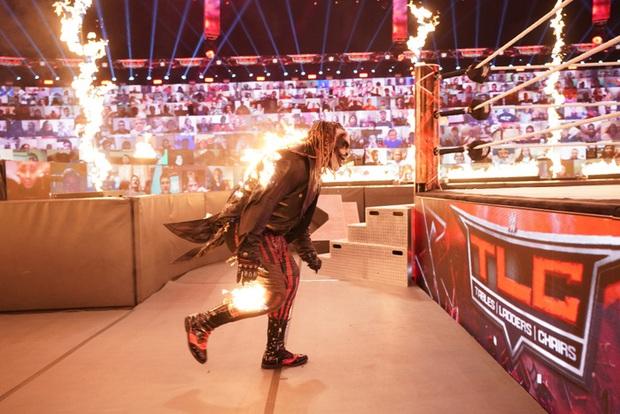 Sau khi đập mặt đối thủ xuống sàn, đô vật biểu diễn khiến các fan sốc tận óc khi ném mồi lửa thiêu sống luôn người đồng nghiệp - Ảnh 2.