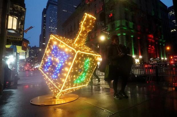 Thế giới rực sáng đón Giáng sinh sau một năm ảm đạm vì COVID-19 - Ảnh 12.
