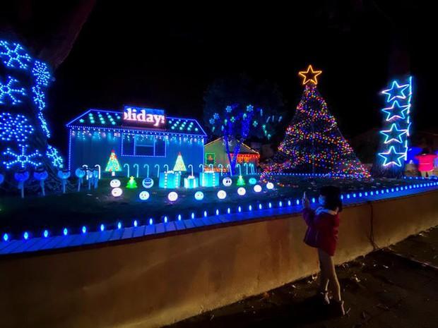Thế giới rực sáng đón Giáng sinh sau một năm ảm đạm vì COVID-19 - Ảnh 3.