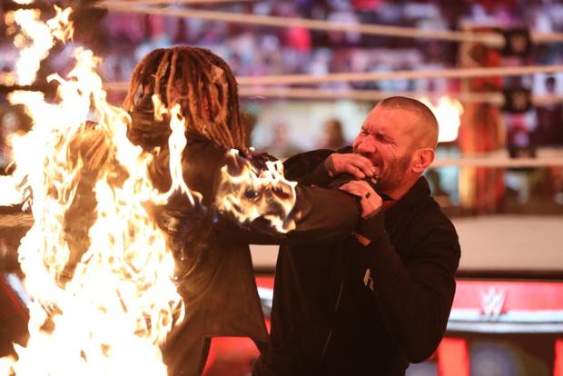 Sau khi đập mặt đối thủ xuống sàn, đô vật biểu diễn khiến các fan sốc tận óc khi ném mồi lửa thiêu sống luôn người đồng nghiệp - Ảnh 3.