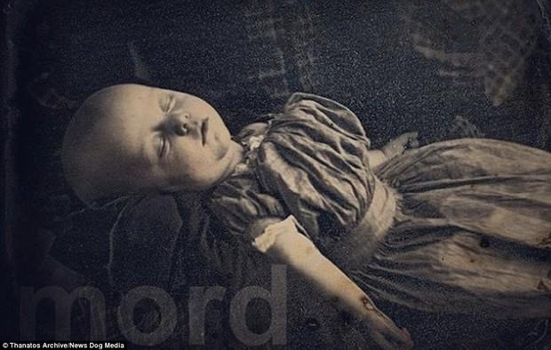 Những bức ảnh em bé nằm nhắm mắt trông vô cùng yên bình nhưng đằng sau đó là những câu chuyện rùng rợn không ai ngờ - Ảnh 7.