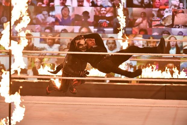 Sau khi đập mặt đối thủ xuống sàn, đô vật biểu diễn khiến các fan sốc tận óc khi ném mồi lửa thiêu sống luôn người đồng nghiệp - Ảnh 5.
