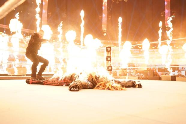 Sau khi đập mặt đối thủ xuống sàn, đô vật biểu diễn khiến các fan sốc tận óc khi ném mồi lửa thiêu sống luôn người đồng nghiệp - Ảnh 6.