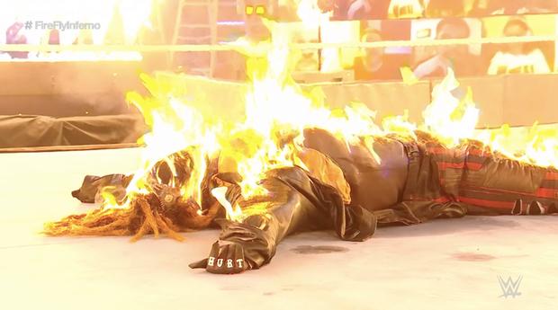 Sau khi đập mặt đối thủ xuống sàn, đô vật biểu diễn khiến các fan sốc tận óc khi ném mồi lửa thiêu sống luôn người đồng nghiệp - Ảnh 7.